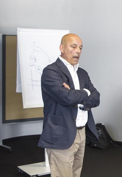 Harald Sontowski erklärt anschaulich, was Körpersprache und Haltung im Verkaufsgespräch bewirken